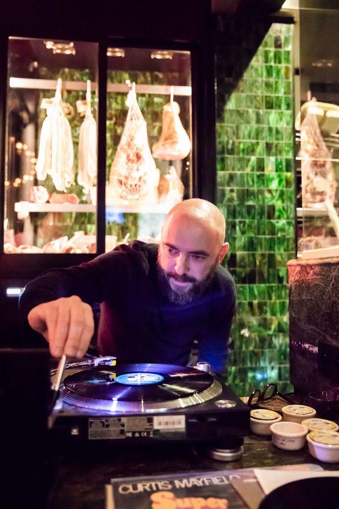 Michaël Roskam komt plaatjes draaien in Cosmocafé.