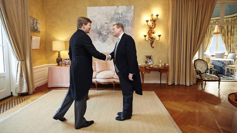 Ard van der Steur (rechts) wordt in De Eikenhorst door koning Willem-Alexander beedigd tot de nieuwe minister van Veiligheid en Justitie. Beeld anp