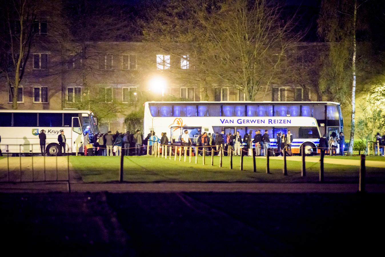 VELDHOVEN - Eritreeërs worden met bussen bij de Koningshof weggevoerd.