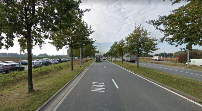 Er wordt nu al geparkeerd langs beide zijden van N42 in Wetteren.