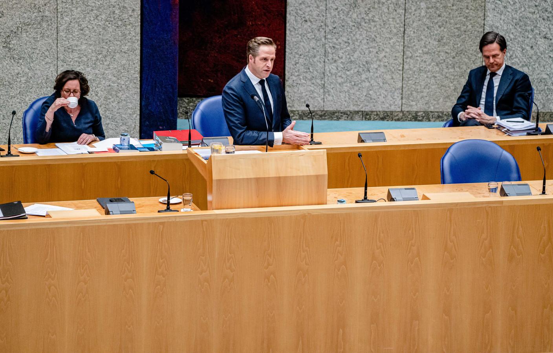 Minister Hugo de Jonge van Volksgezondheid (CDA), minister Tamara van Ark voor Medische Zorg (VVD) en premier Mark Rutte (VVD).