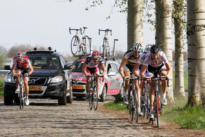 De nukkige kasseien van de Watertorenstraat in Dongen vormen nog altijd het hart van de Ronde van Midden-Brabant.