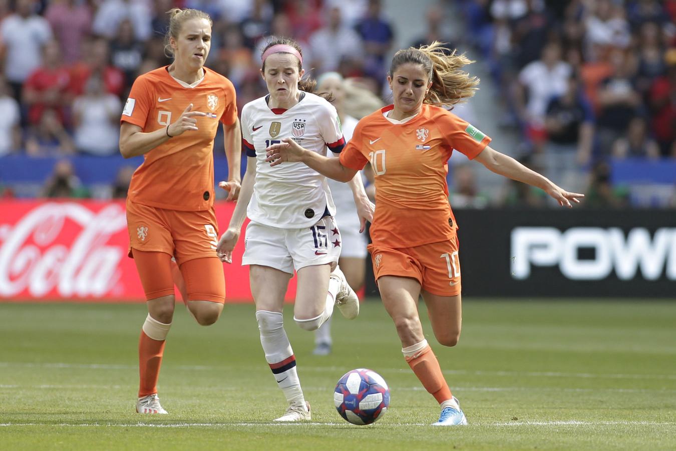 Daniëlle van de Donk aan de bal in de WK-finale, met naast haar Rose Lavelle en Vivianne Miedema.