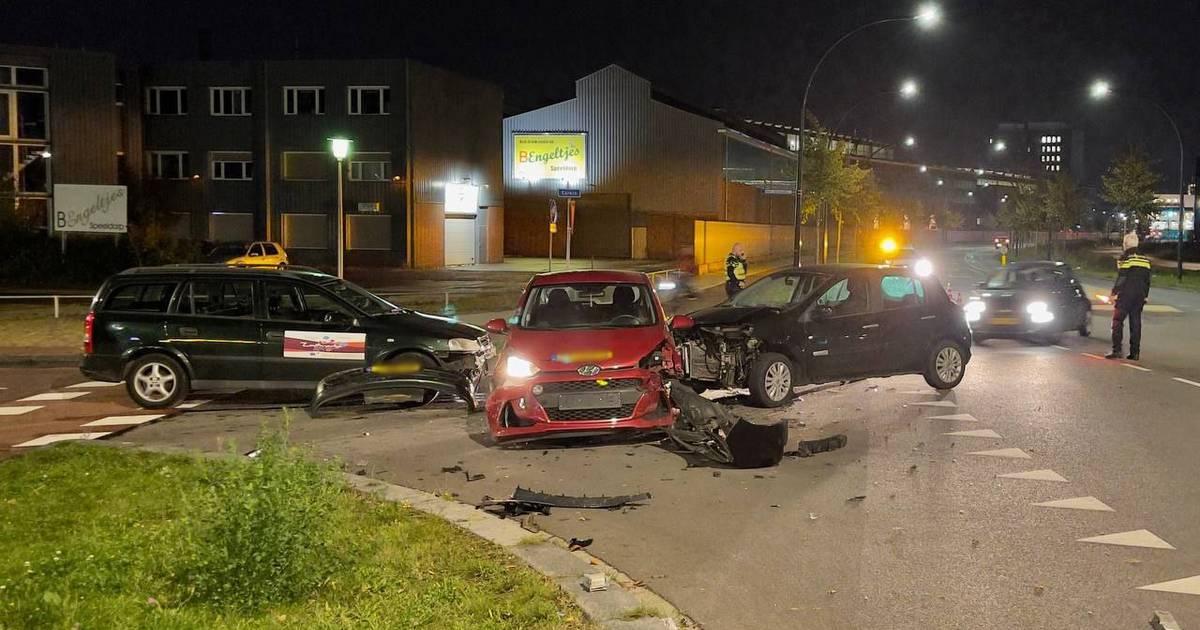 Gewonde en veel schade bij ongeval tussen drie voertuigen in Hengelo