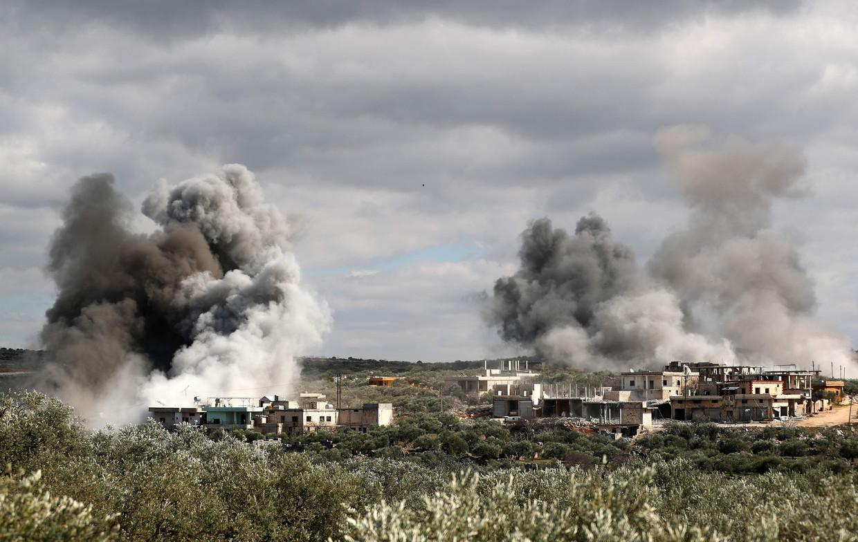 Bombardementen op het dorp Al-Bara in het zuiden van Idlib.   Beeld AFP