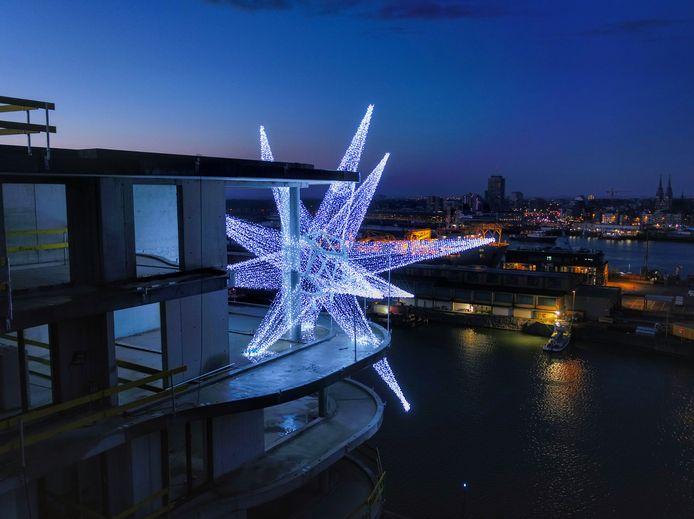 Versluys Groep heeft deze gigantische lichtster op de site Oosteroever geplaatst.