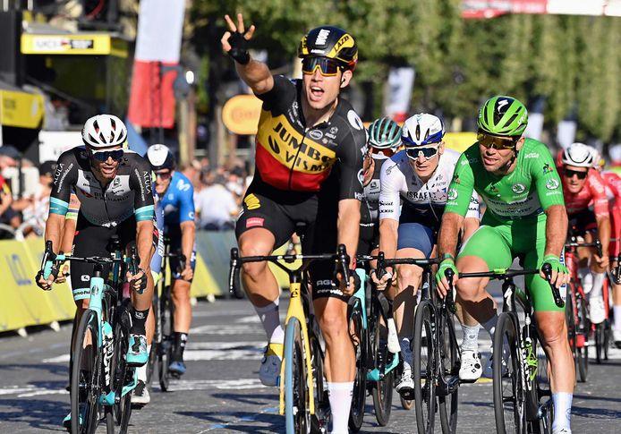 Alle ogen waren in Parijs gericht op Mark Cavendish, maar het was Wout van Aert die na zijn zeges als klimmer en tijdrijder ook nog de sprint won.