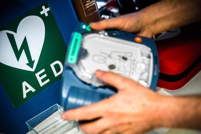 Jongeren weten vaak niet hoe ze een AED (automatische externe defibrillator) moeten gebruiken, 16 procent weet niet eens wat een AED is.
