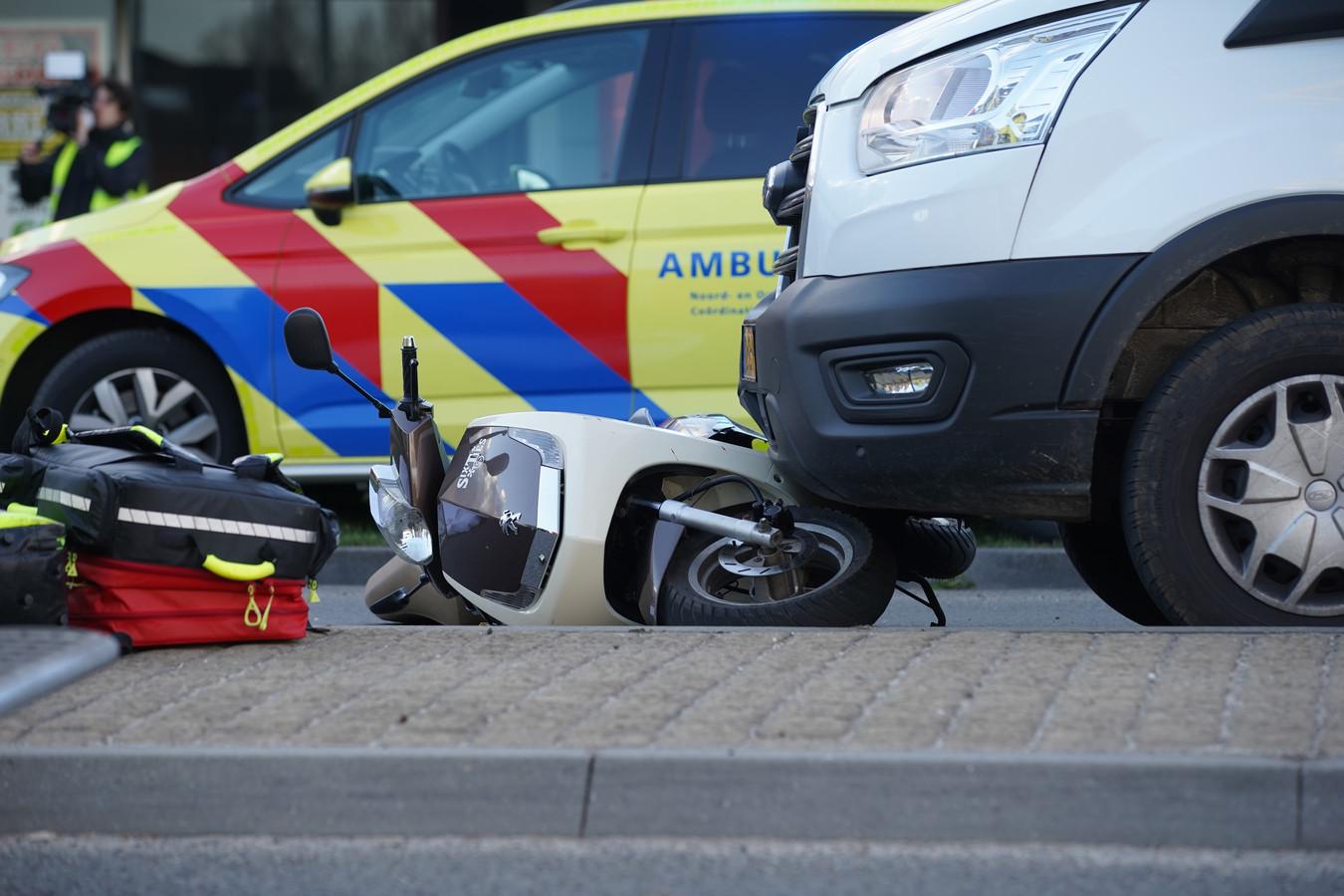 Bij een ongeval op de Zutphensestraat is een scooterrijder om het leven gekomen na een ongeval met een bestelbus.