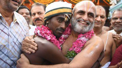 Hindoepriester draagt 'onaanraakbare' Indiase tempel binnen, tegen alle regels in