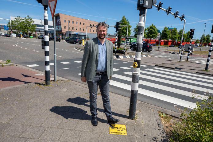 Ook de Schiedamse wethouder Jeroen Ooijevaar is blij met de voetdrukknop bij het zebrapad, een uitvinding van aannemer Wim Mijderwijk.