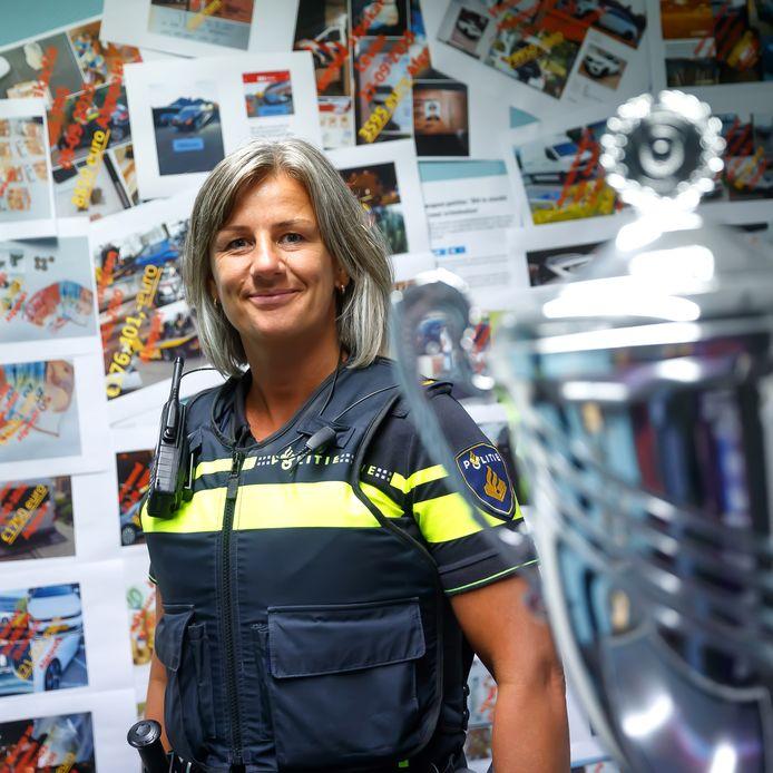 Politieteam Weerijs is genomineerd voor een landelijke prijs omdat het zo goed geld weet af te pakken van criminelen. De 'afpakmuur' achter Jacoline Bolle hangt vol met de oogst.