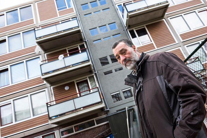 Bewoner Mohammadi El Markai van de gerenoveerde flat aan de Van Eechoudlaan in Kanaleneiland.