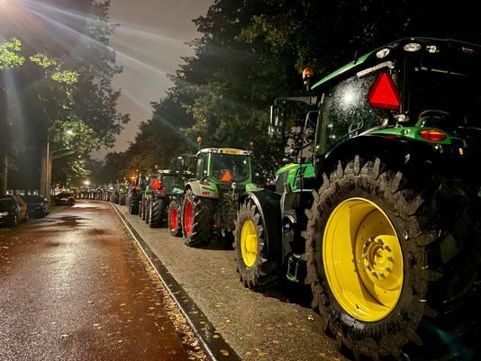 Een lange colonne tractoren