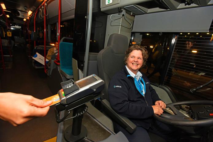 Tilburg Arriva chauffeur Pascale in 't Groen heeft contantloos betaalmiddel in de bus.