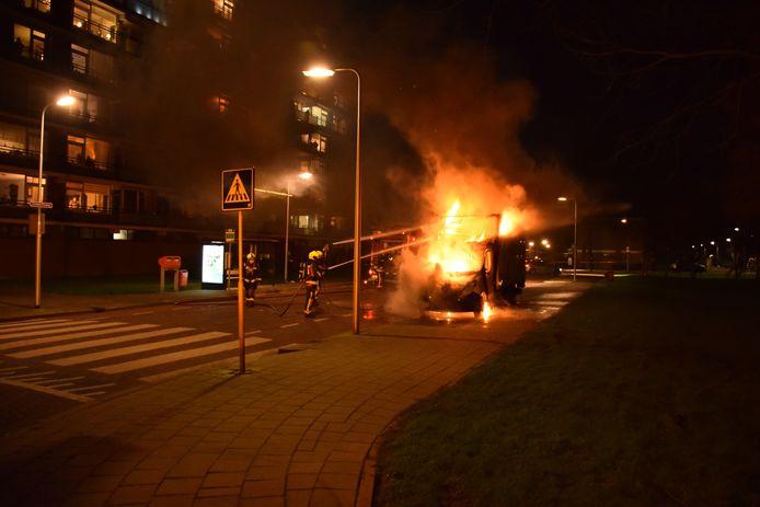 De brandweer kon niet voorkomen dat het busje volledig uitbrandde.