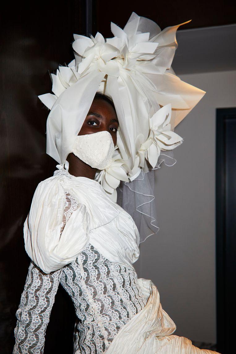 Model gekleed in jurk en mondmasker van Ronald van der Kemp. Beeld Marijke Aerden