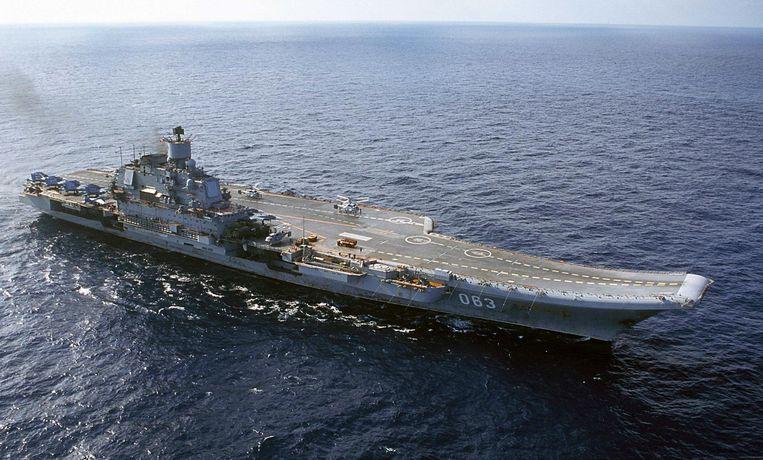 De Admiraal Koeznetsov in 2014 in de Barentszee. Het vliegdekschip, veel kleiner dan de Amerikaanse carriers, is sinds 1990 operationeel maar is door Moskou nog nooit ingezet in een oorlog. Beeld AP