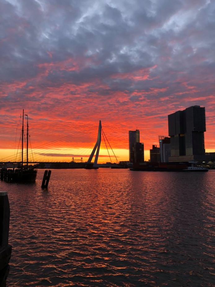 Een prachtige zonsopkomst in Rotterdam.
