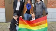 Holebivereniging dompelt hele gemeente onder in kleuren van de regenboog