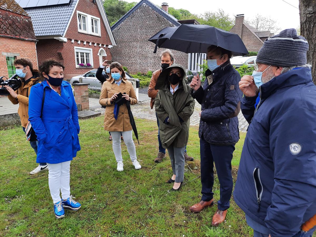 Vlaams minister Lydia Peeters (links) gaf op de Zandstraat uitleg over de plannen met de N60. Provinciegouverneur Carina Van Cauter, burgemeester Luc Dupont en Herman De Croo waren aandachtige toehoorders.