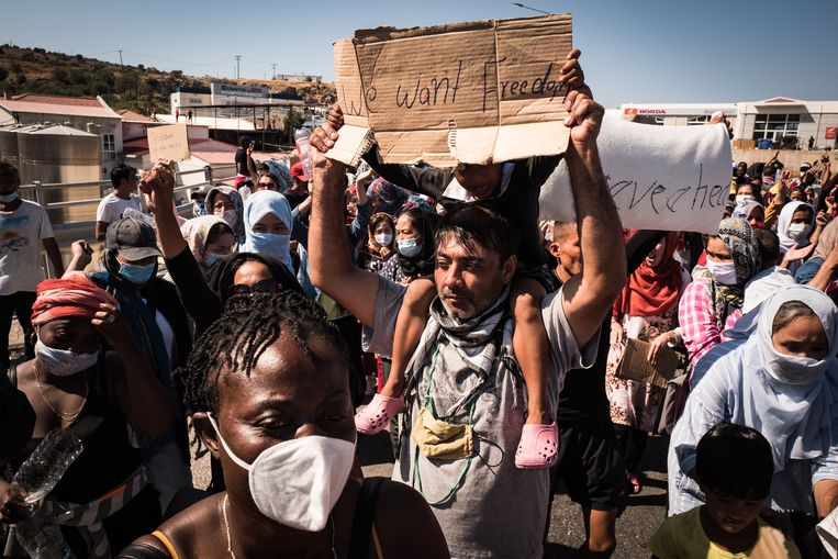 Refugees and asylum seekers prostesting in the main street connecting Moria camp to Mitilini, Lesvos Beeld Zolin Nicola