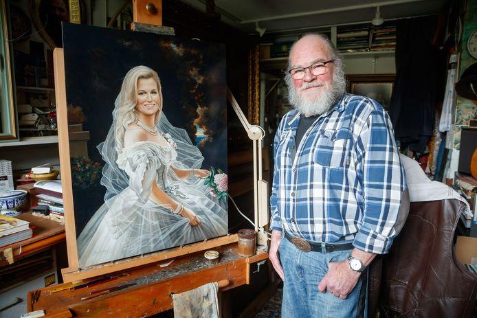De Gastelse kunstschilder Jos Aanraad naast het paneel waarop hij Máxima heeft geschilderd.