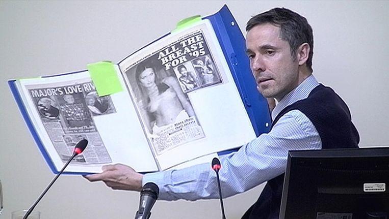 Paul McMullan toont de mediacommissie hoogtepunten uit zijn oeuvre. Beeld reuters