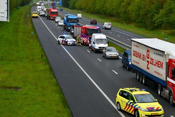 De A35 tussen Hengelo en Enschede is afgesloten door een ongeluk.