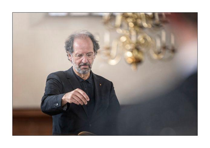 Dirigent Jos Vermunt van het Residentie Bach Orkest leidt al sinds 1994 de cantatediensten in de Kloosterkerk.