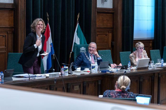Wethouder Roos Vermeij (links) verdedigt haar plan voor een nieuw inspraakmodel. Naast haar burgemeester Ahmed Aboutaleb.