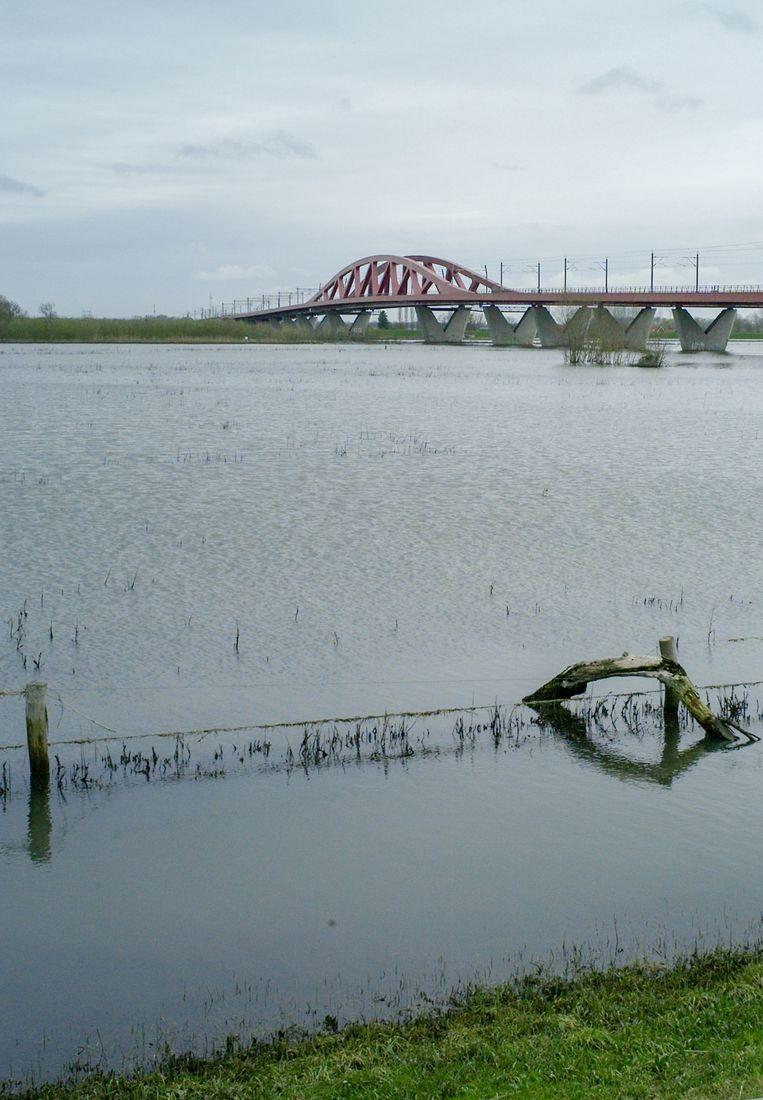 De brede IJssel en de spoorbrug. Beeld