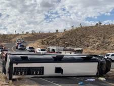 Toeristenbus op weg naar Grand Canyon slaat om: één dode en twee gewonden