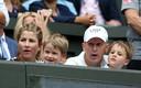 Assis aux premières loges, les jumeaux de Roger et Mirka Federer ont assisté à la démonstration de leur illustre papa.