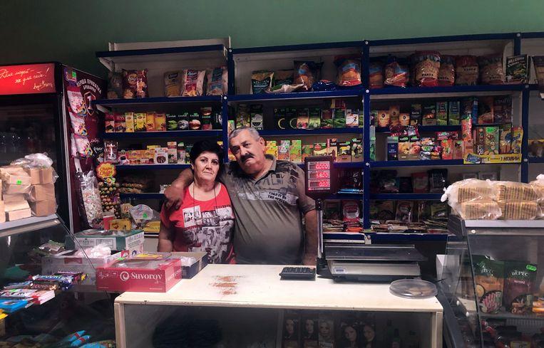Georgi en Voskechat Batsjdasarjan in hun dorpswinkel in Borysivka. Beeld Michiel Driebergen