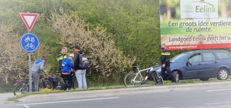 Laatste van vijf overstekende fietsers door auto aangereden in Winterswijk: jongen naar ziekenhuis
