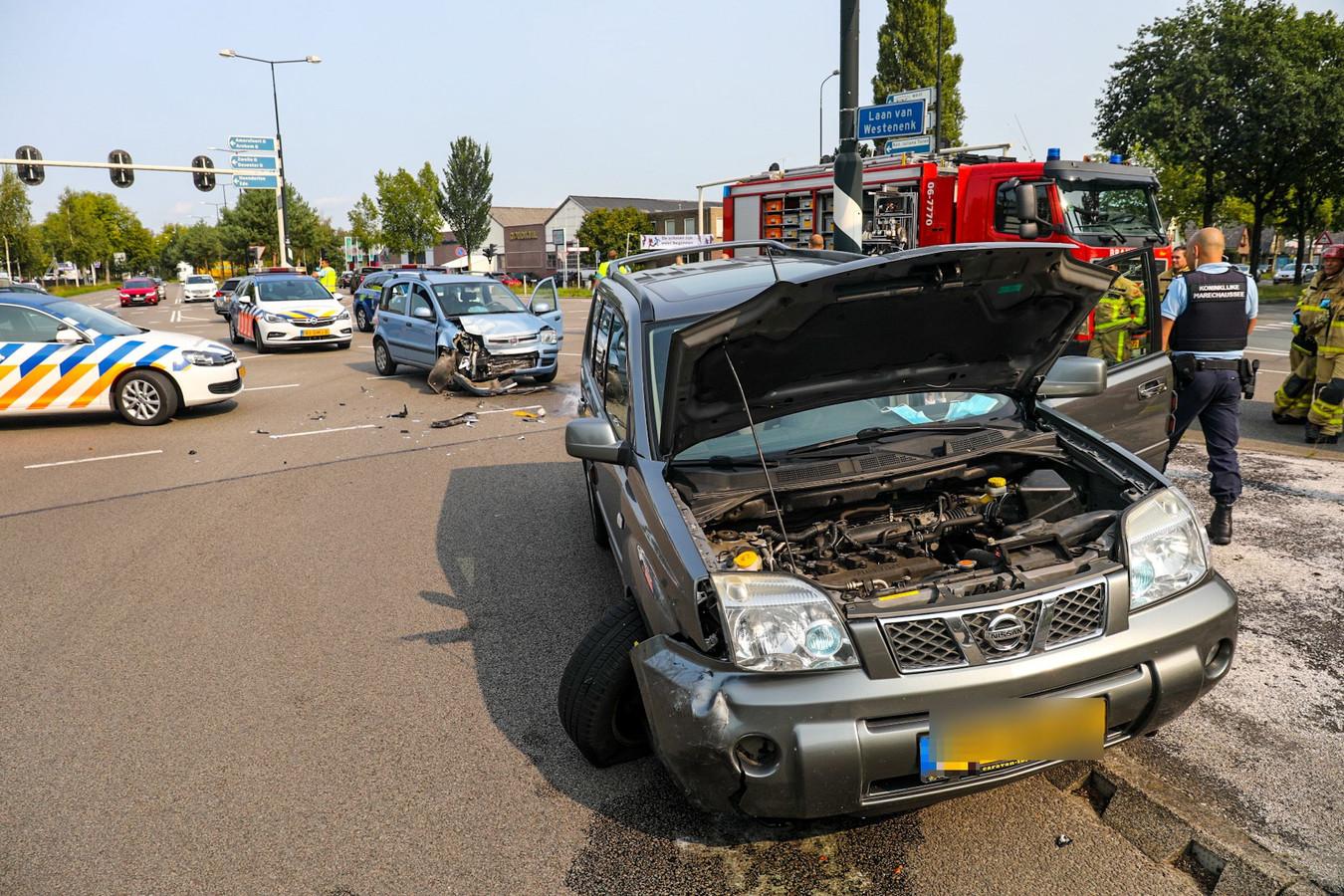 De twee zwaarbeschadigde auto's na de botsing.