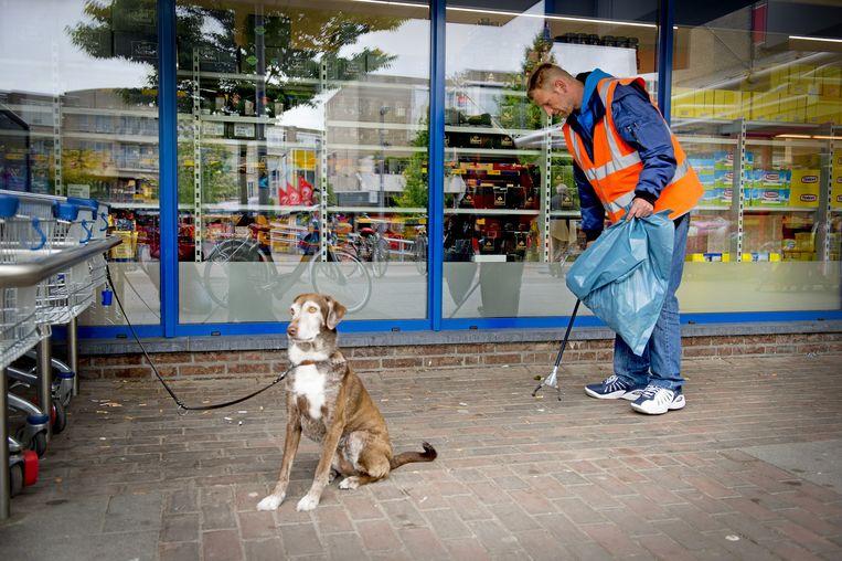 In Rotterdam rapen hogeropgeleiden vuil in ruil voor een uitkering. Beeld anp