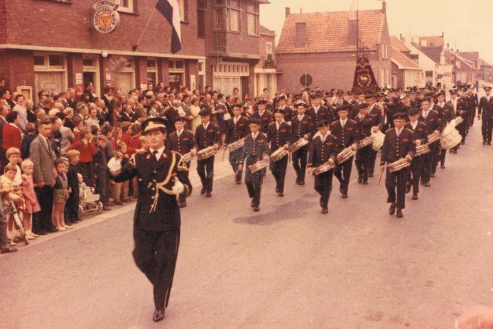 In 1975 stond het publiek nog rijendik langs de weg bij een optreden van de harmonie.