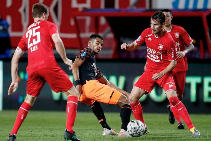 Paul Verhaegh probeert samen met Peet Bijen PSV-er Cody Gakpo van de bal te krijgen. Achteraf was de eerste wedstrijd van het seizoen ook meteen de laatste volledige die hij speelde voor FC Twente.