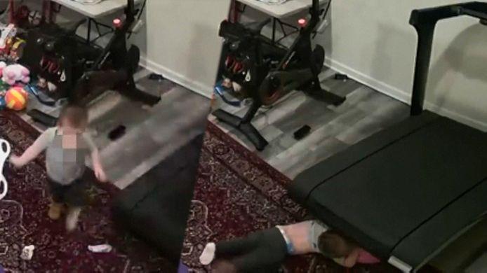 Beelden tonen hoe kind vast raakt onder loopband