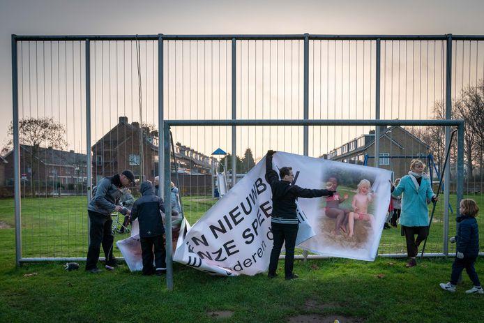 Bewoners van Malburgen protesteerden in december tegen nieuwbouw rond de Nijmeegseweg in Arnhem-Zuid en het verdwijnen van kinderspeelgelegenheid.