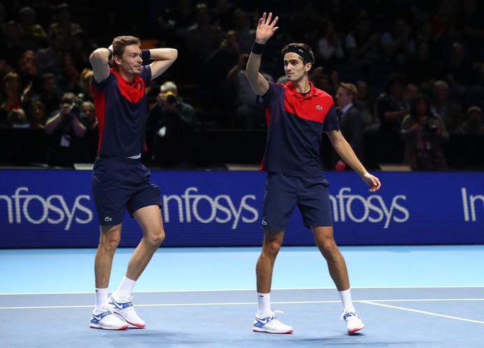 Pierre-Hugues Herbert (rechts) en Nicolas Mahut winnen de ATP Finals bij het dubbelspel.
