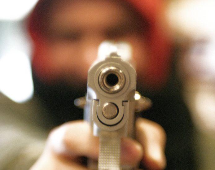 """Volgens de buurman stond de chronisch psychotische Ruben E. (40) uit Enschede met een pistool voor de deur: """"Ik keek recht in de loop."""""""