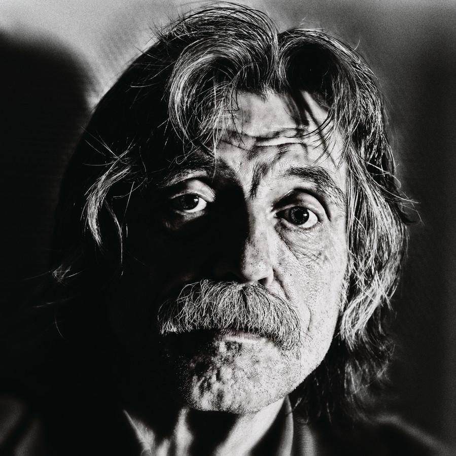 Een portret van Johan Derksen.