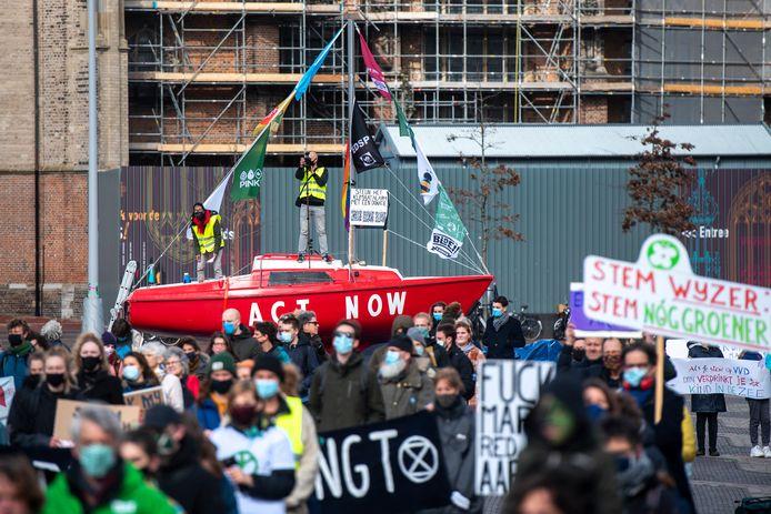 De rode zeilboot van de Arnhemse Klimaatcoalitie zal tijdens de protestactie tegen Shell in de Nieuwe Haven liggen. In maart jl. was de boot te zien op de Markt in de Arnhemse binnenstad, toen daar het Klimaatalarm werd geluid.