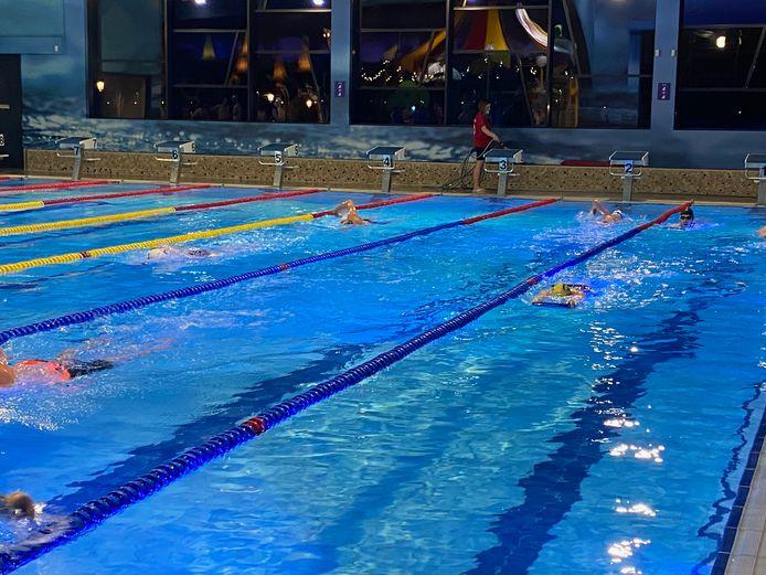 De leden van de zwemclub moeten het zwembad verlaten hebben voor 22 uur, want dan gaat in Wallonië de avondklok in.