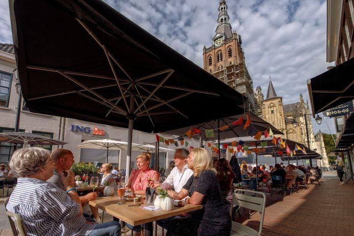 Het terras van restaurant Disch onder de toren van de Sint-Jan in Den Bosch.