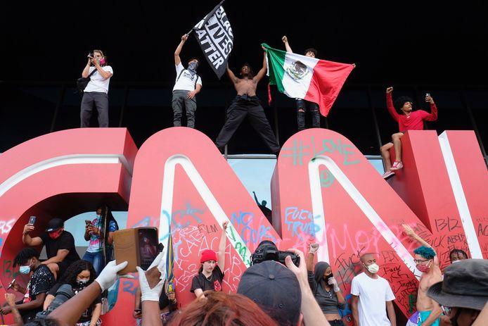Demonstranten bestormden het hoofdkantoor van CNN en beklommen het grote logo bij de ingang. (29/05/2020)