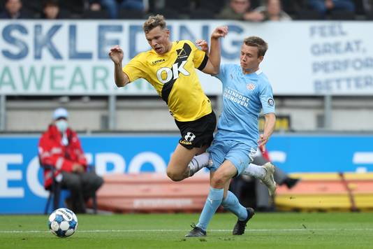 Sydney van Hooijdonk gaat over het been van zijn directe tegenstander en verdient een strafschop.